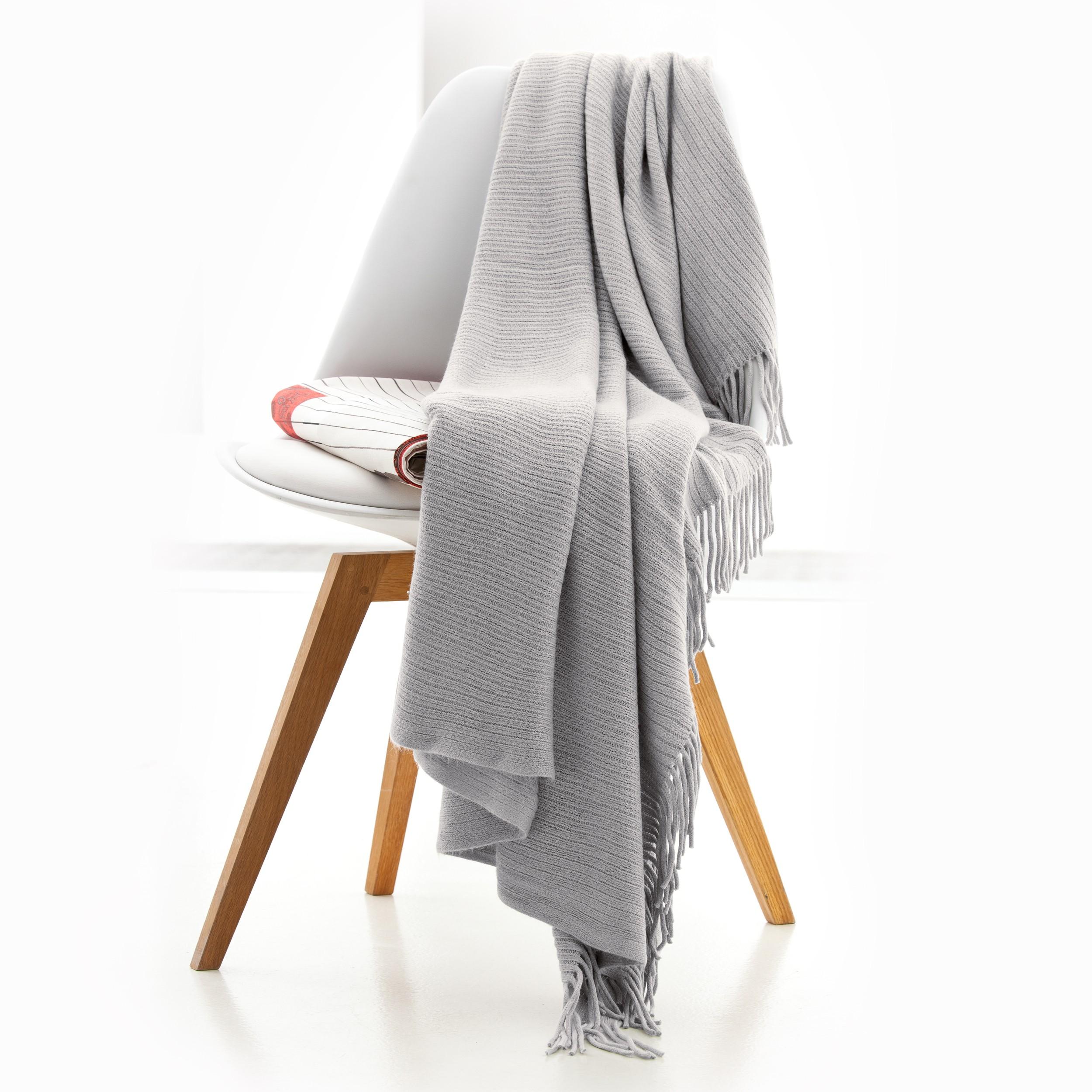le plaid l 39 accessoire cocooning chaud et doux pour l 39 hiver. Black Bedroom Furniture Sets. Home Design Ideas