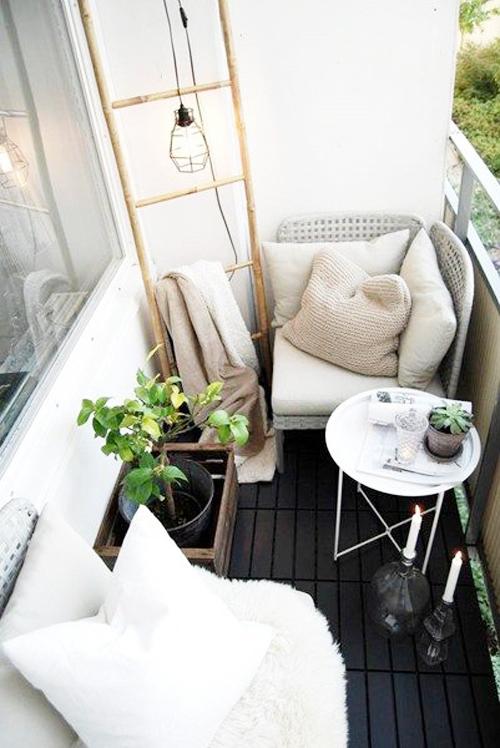 deux-fauteuil-blanc-gris-avec-petite-table-d'appoint