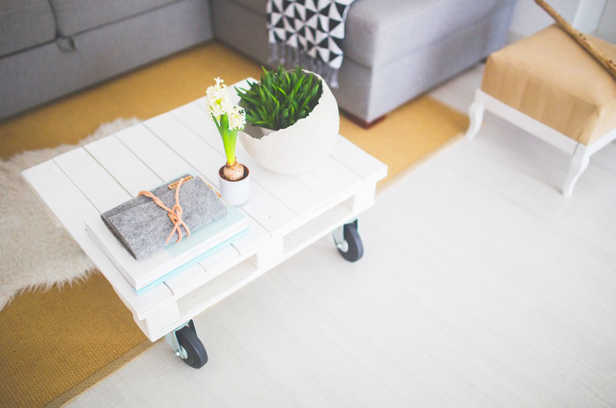 canapé gris table bois blanc