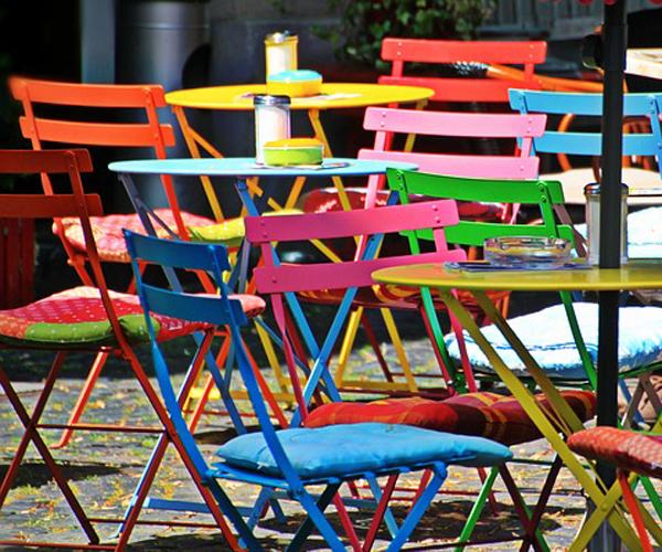 chaises jardin colorées