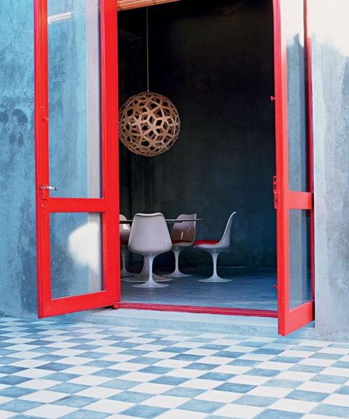 fenêtre rouge sol bleu